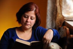 woman reading at home 1207951 m